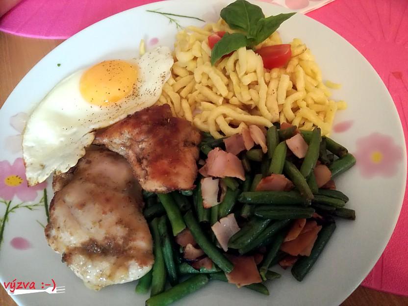 fazolky na slanině, kuřecí stehenní steak, špecle a sázené vejce