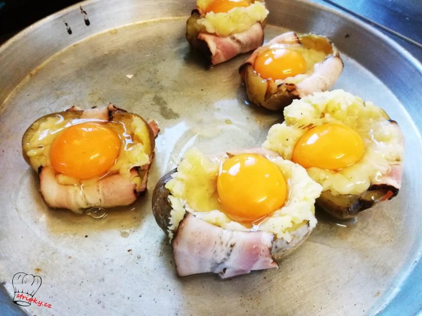 naplníme směsí a vyklepneme vejce